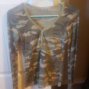 Tops - Long sleeve small camo shirt